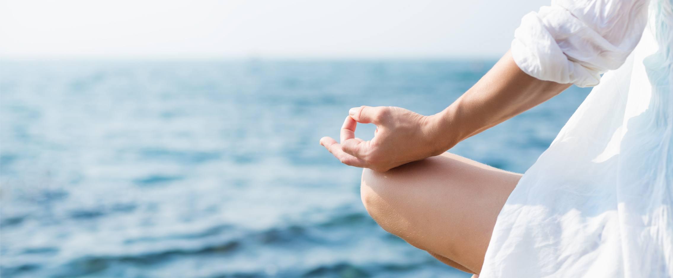 Ayurveda und Yoga - entspanntes Yoga mit Blick auf das blaue Meer