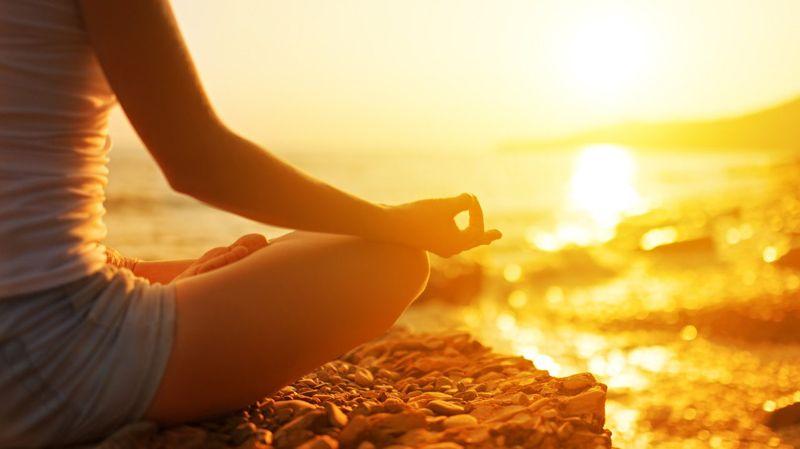 Ayurveda und Stress - Entspanntes Yoga vor einem wundervollen Sonnenuntergang